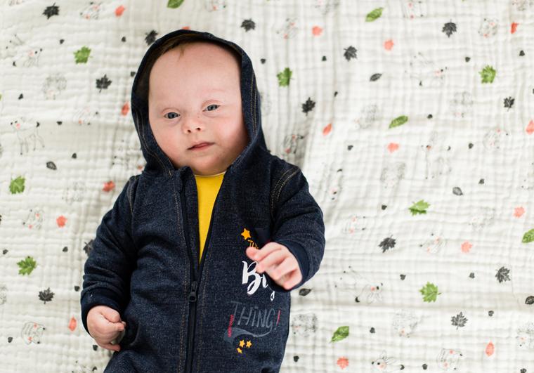 Vauva tummansininen haalari päällään.