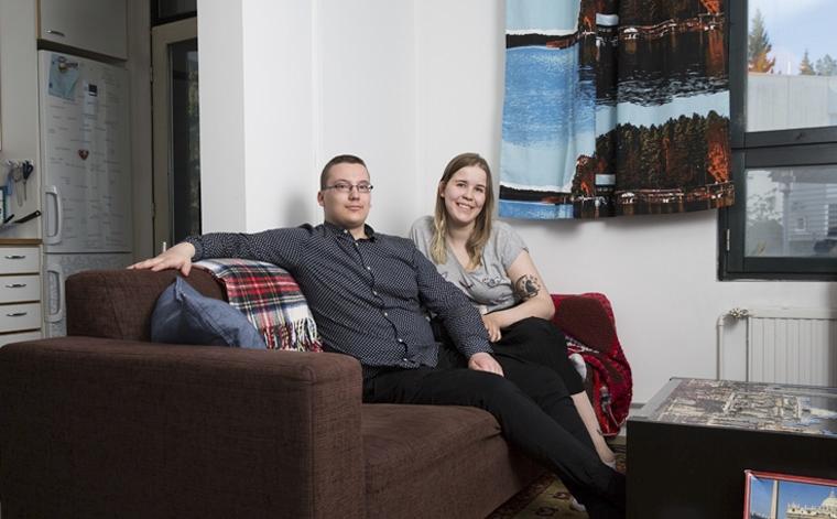 Henrik Hirvonen ja Sonja Ainola asuvat Hoasin vuokra-asunnossa Helsingissä.