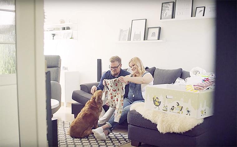 Salla ja Janne Miettinen avaamassa äitiyspakkausta.
