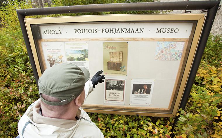 Sami Pohjois-Pohjanmaan museon ilmoitustaulun edessä.