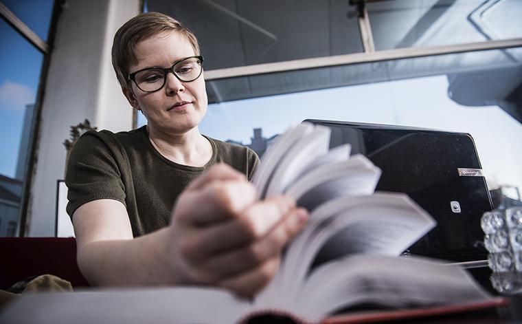 Jenni Pakula selaa sanakirjaa.