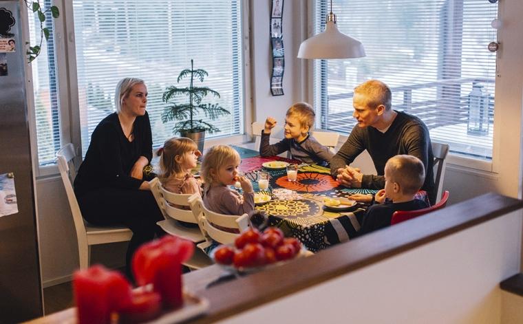 Dating medan du bor hemma med föräldrarna högt värde kvinna dating