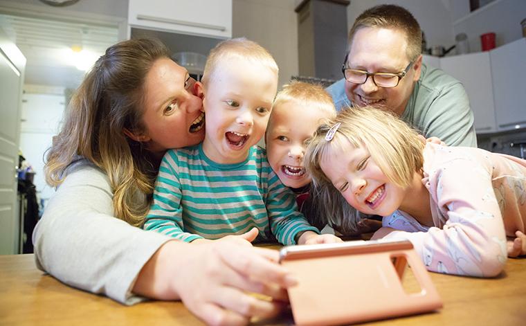Koivulan perhe ottaa selfien.