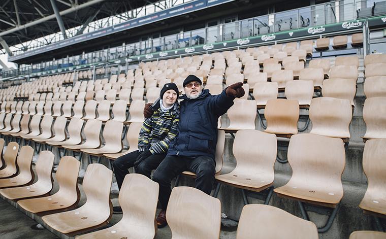 Janne ja Esa Lahtomaa seuraamassa jalkapallo-ottelua.