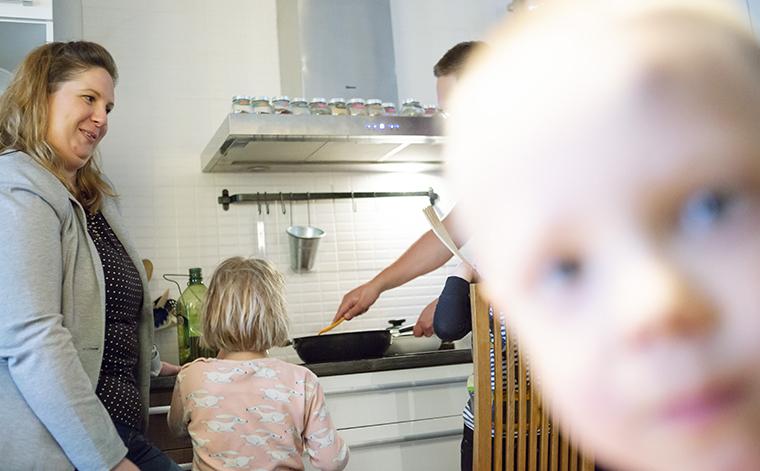 Perhe valmistaa ruokaa.