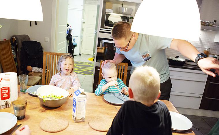 Lapset ruokapöydässä. Isä puhuu Untolle.