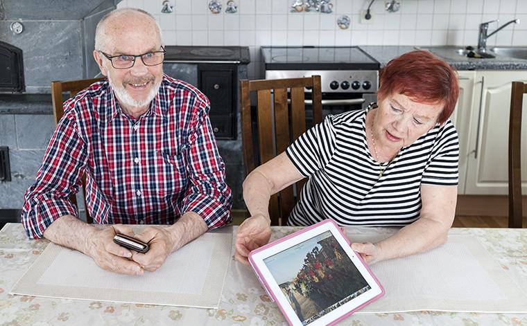 Sulo ja Eila tutkivat tablettia keittiönpöydän ääressä.