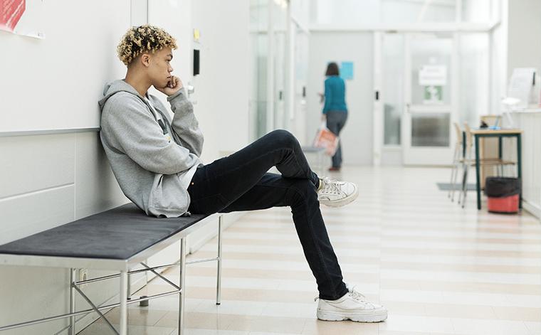 Kuvituskuva. Nuori mies puhelimessa.