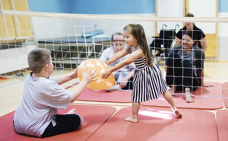 Neela ja Miika pelaavat ilmapallolentistä.