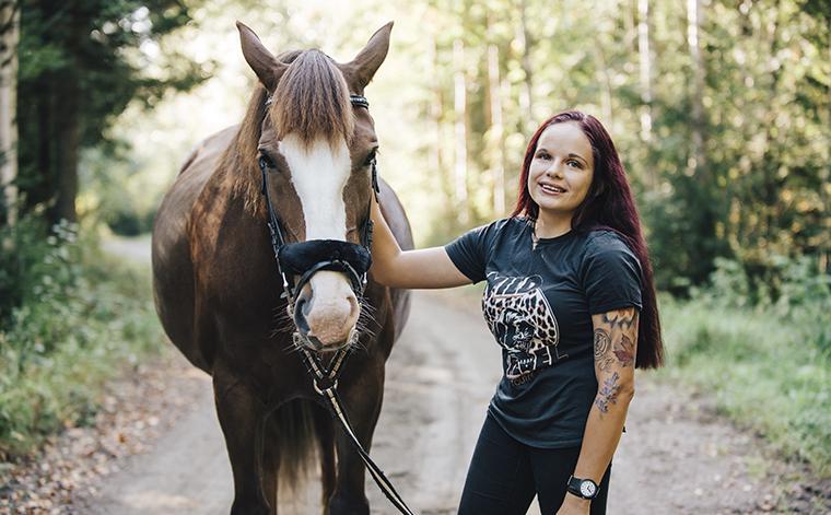 Vilma Waldén hevosen kanssa.