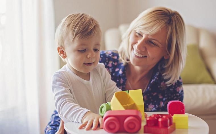 Äiti ja lapsi leikkimässä.