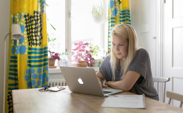 Kuvituskuva. Nainen kannettavalla tietokoneella.