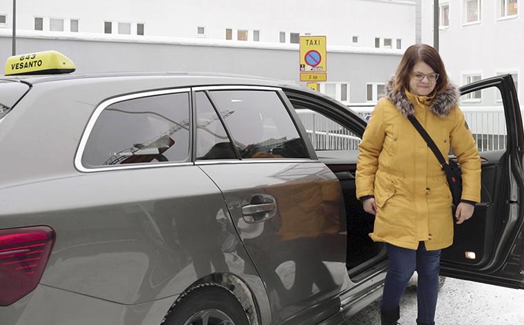 Anne Markkanen nousee taksin kyydistä KYS:in pihalla.