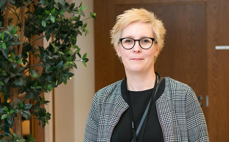 Jenni Rytkönen tarvitsee kirjoitustulkkauspalvelua esimiestehtävissään ja tohtoriopinnoissaan.