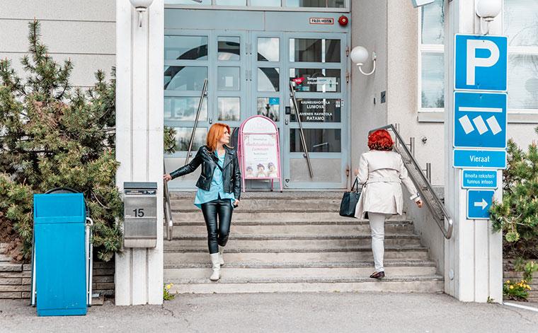Työttömyysetuudella yrittäjyyttä opiskeleva Irina Immonen Tampereen Aikuiskoulutuskeskuksen ovella