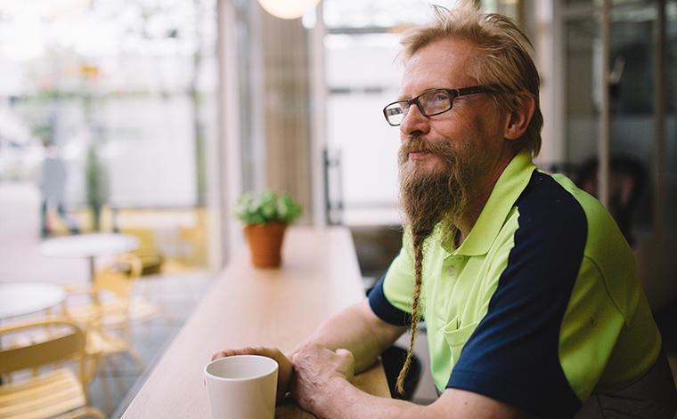 Jouko Vidgren istuu kahvikupin ääressä ja katselee ikkunasta kadulle.