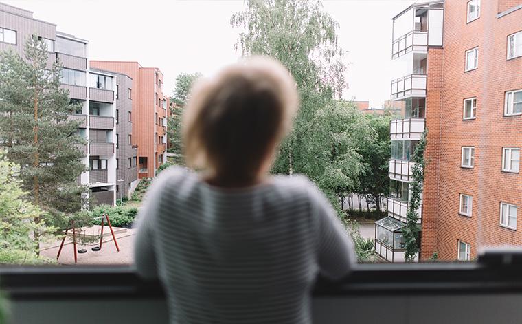Marja på balkong.