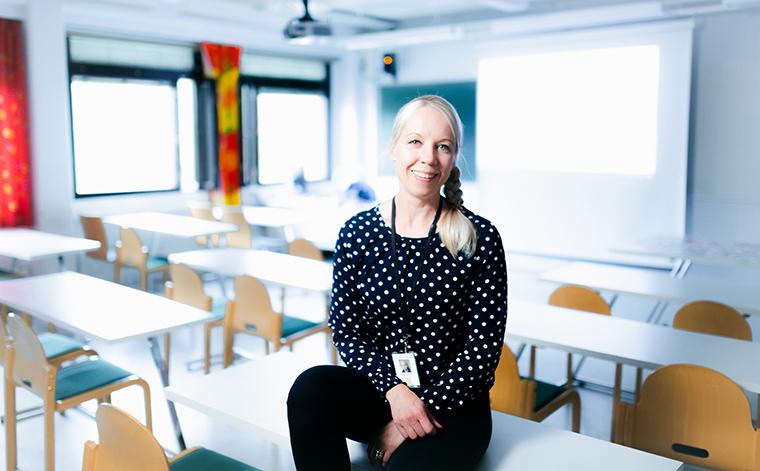 Sari Paananen luokassa.