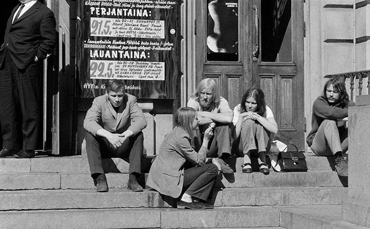 Människor sitter på trappan till Gamla studenthuset i Helsingfors år 1971.