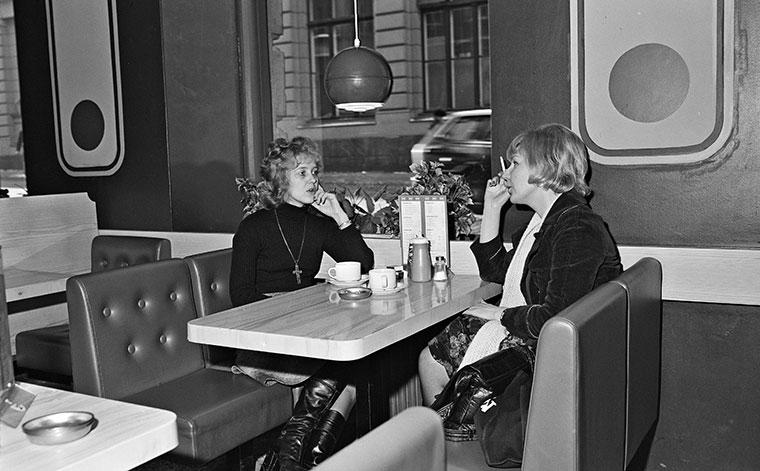 Kaksi naista istuu pöydän ääressä.