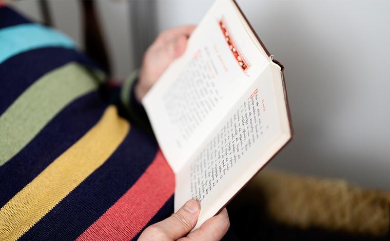 Lähikuva kirjasta, jota Georgi Telsavaara lukee.