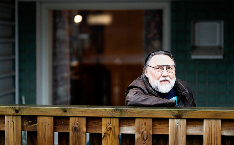 Georgi Telsavaara kotinsa ulkopuolella.