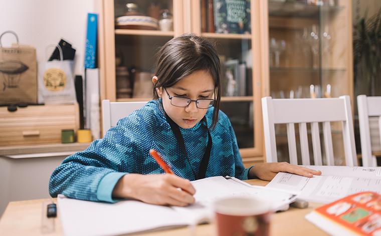 Benjamin Nguyen tekee kotitehtäviä.