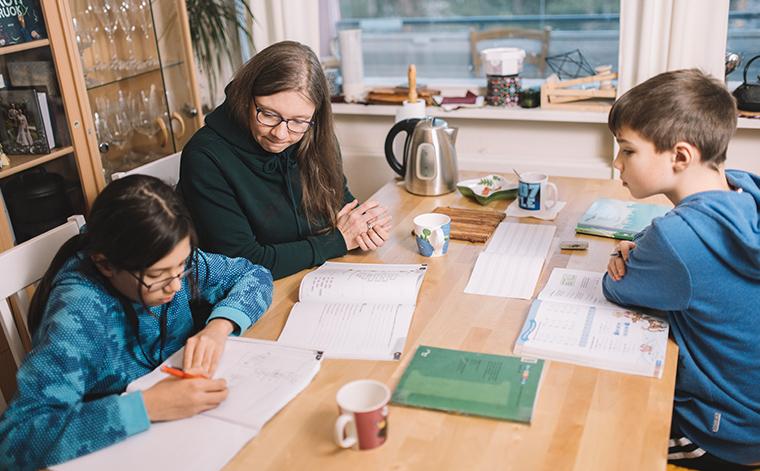 Riina Nguyen ja pojat Benjamin ja Samuel keittiönpöydän ääressä.