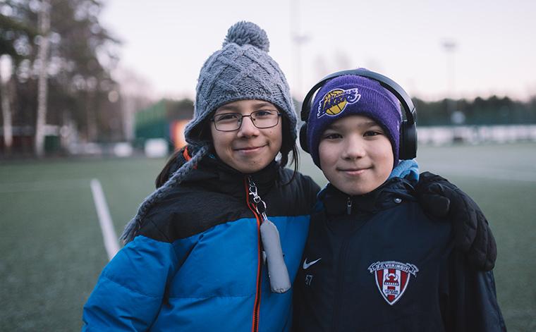Benjamin ja Samuel jalkapallokentän laidalla.