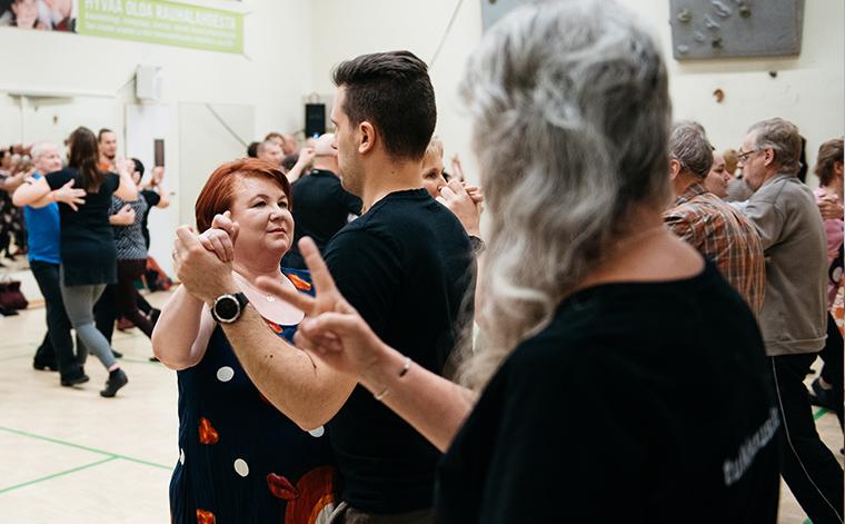 Anne Okulow viittoo ja Hannele Ilomäki tanssii.