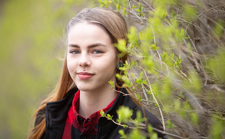 Milja Inkinen ulkona luonnossa.
