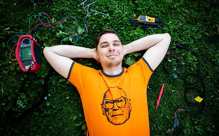 Esa Kytösaho makaa hymyillen nurmikolla.