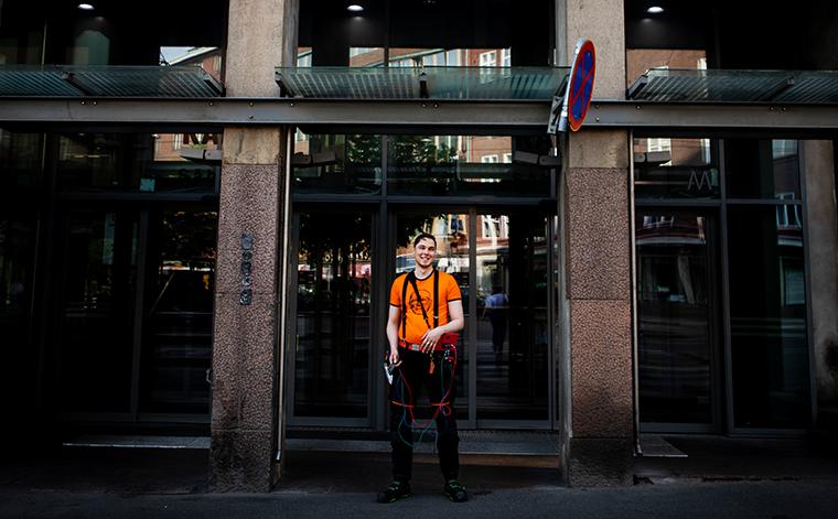 Esa Kytösaho seisoo Helsingin Sähkötalon edessä.
