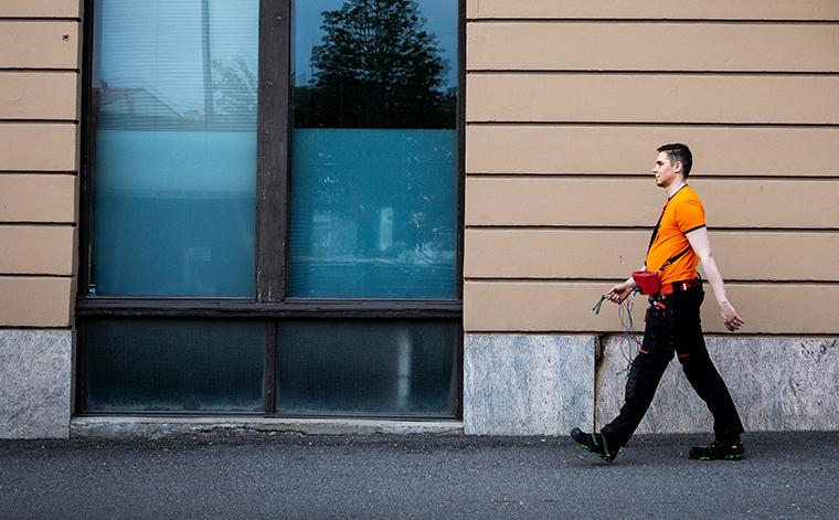 Esa Kytöasho kävelee kadulla.