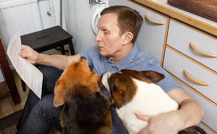 Mies ja kaksi koiraa.