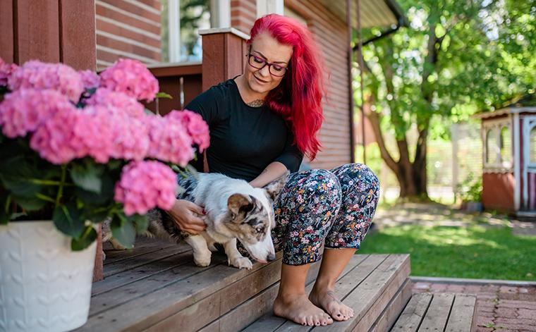 Anni Salminen rappusella koiran kanssa.