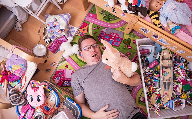 Tomi Laaksonen lasten lelujen keskellä.
