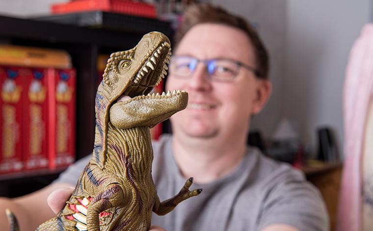 Dinosauruslelu ja Tomi Laaksonen.