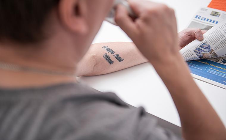 Lasten nimet tatuoituna Tomi Laaksosen käsivarteen.