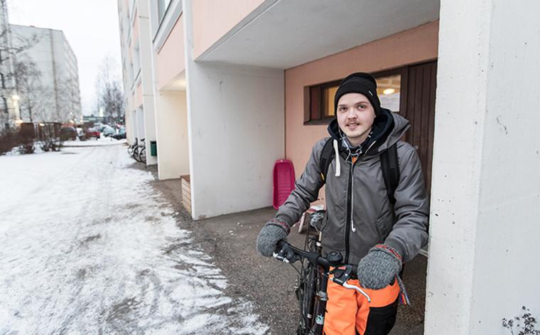 Samu Tarvainen ulkona polkupyörän kanssa.