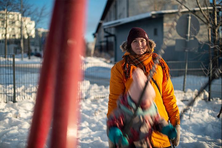 Heidi Hämäläinen ja keinuva lapsi.
