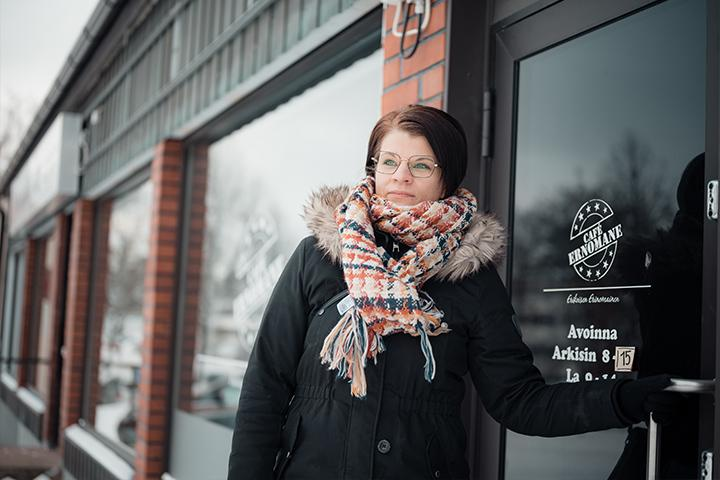 Leena Finska kahvilansa ovella.