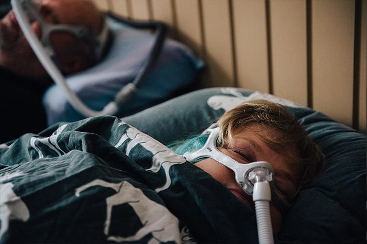 Merja Mikkonen nukkuu CPAP-laite kasvoillaan.