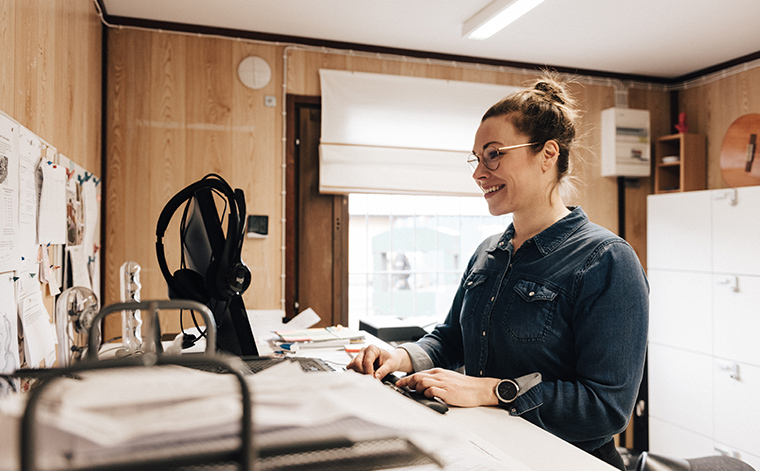 Pauliina Kovanen tietokoneella.